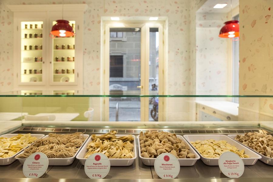 Savur un pastificio con vetrina per la pasta in versione street food - Vetrina per cucina ...