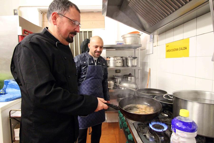 Il personal chef Antonello Martusciello nelle cucine del carcere