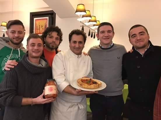Il pizzaiolo Aniello Falanga ed i ragazzi di Radio Siani