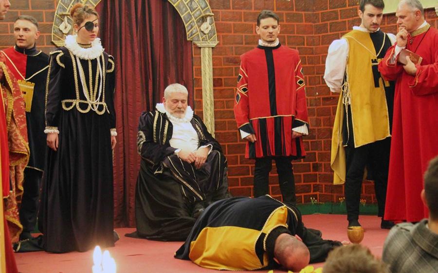 Una scena dello spettacolo della Compagnia del Bianconiglio