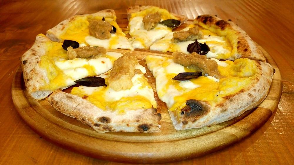 Pizza con vellutata di zucca, burrata, crema di porcini e castagne di Montella IGP e fettine di baccalà fritto