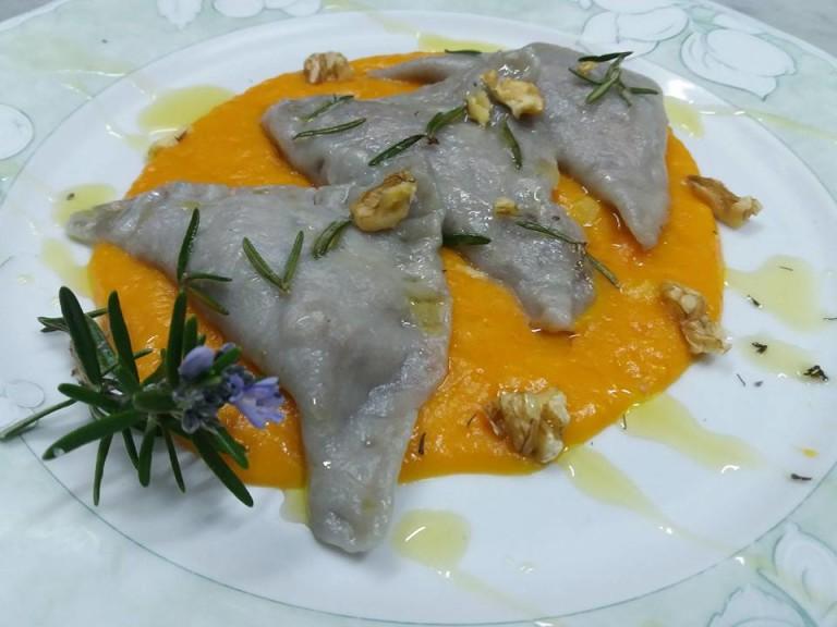 PIATTI d'Autore. Triangoli di patate viola ripieni di salsiccia e noci al burro e rosmarino su vellutata di zucca