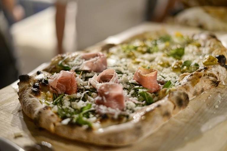 Pomodoro. Essenziale, moderno e con pizza in stile gragnanese