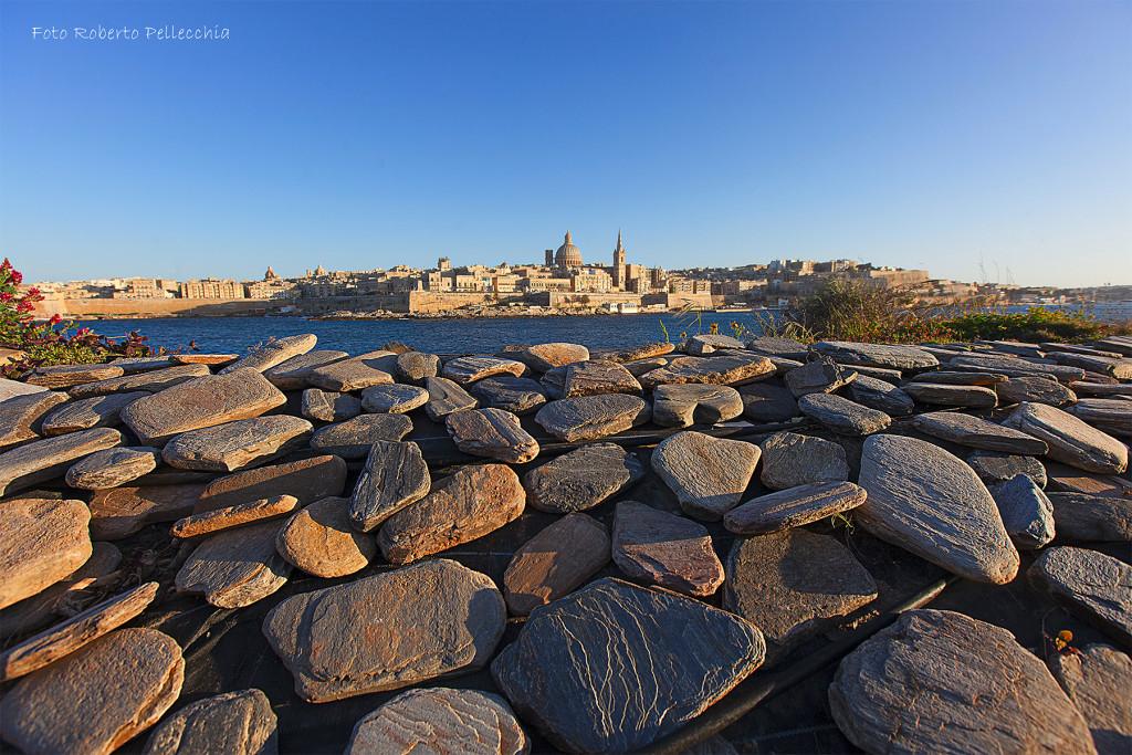 Valletta con pietre